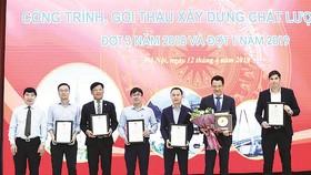 Ông Lê Văn Nam - Phó TGĐ (thứ 3 từ trái qua)  đại diện Tập đoàn Xây dựng Hòa Bình đón nhận  giải thưởng của Bộ Xây dựng