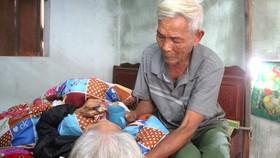Cụ ông đãng trí chăm chị gái 80 tuổi liệt giường