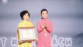 Bà Lê Thị Kim Thoa - nguyên Chủ tịch điều hành Quỹ Hỗ trợ Giáo dục  Lê Mộng Đào nhận bằng khen của UBND TPHCM trao tặng cho Quỹ