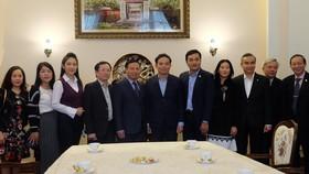 Đồng chí Trần Lưu Quang chụp ảnh lưu niệm với cán bộ, nhân viên Đại sứ quán Việt Nam tại Nga