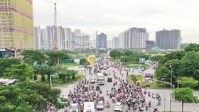 Tuyến đường Nguyễn Hữu Thọ (quận 7 - huyện Nhà Bè) thường xuyên quá tải xe cộ do chung cư dày đặc. Ảnh: HOÀNG HÙNG