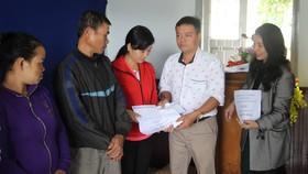Giúp 12 gia đình bị thiệt hại do mưa lũ