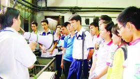 Học sinh cần thêm nhiều chương trình tư vấn tuyển sinh hướng nghiệp thiết thực (Trong ảnh: Tìm hiểu chương trình đào tạo tại Trường ĐH Sư phạm kỹ thuật TPHCM)