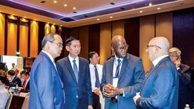 Bí thư Thành ủy TPHCM Nguyễn Thiện Nhân trao đổi với các nhà đầu tư nước ngoài bên lề hội thảo. Ảnh: ĐỨC TRUNG