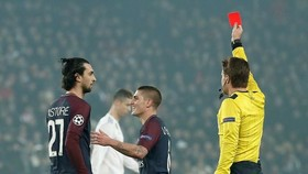 Tiền vệ Verratti nhận thẻ vàng thứ hai rời sân