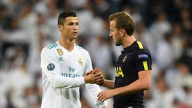 Ronaldo (trái) và Harry Kane ỡ đấu trường Champions League.