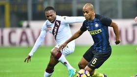 Joao Mario (phải, Inter) đi bóng trước Joel Obi (Torino)