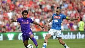 Mohamed Salah (Liverpool) tranh bóng với Marek Hamsik (Napoli)