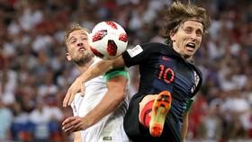 Luka Modric (phảoi) và Harry Kane (tuyển Anh)