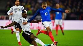 Kylian Mbappe (Pháp, bên phảoi) đi bóng qua trung vệ Rudiger (Đức)