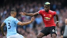 Paul Pogba  (phải, Man United) đi bóng qua Danilo (Man City)