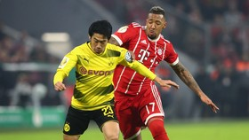 Shinji Kagawa (trái, Borussia Dortmund) đi bóng qua Jerome Boateng (Bayern)