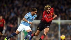 Marouane Fellaini (phải, Man United) tranh bóng với Kyle Walker