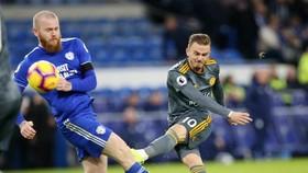 James Maddison (Leicester City, phải) sút bóng trước