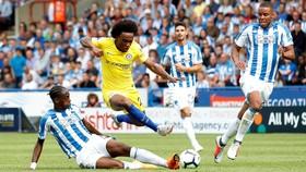 Willian đột phá qua hậu vệ Huddersfield