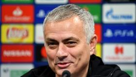 Jose Mourinho đã phải lặng lẽ rời Pld Trafford với cả núi tiền đền bù