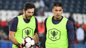 Gianluigi Buffon (trái) và Alphonse Areola ở PSG