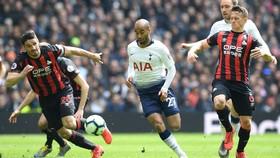 Lucas Moura tung hoành trước hàng thủ Huddersfield