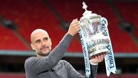 Pep Guardiola giương cao chiếc cúp FA