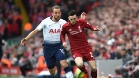 Andy Robertson (phải, Liverpool) tranh bóng với Harry Kane (Tottenham)