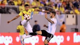 Mauro Icardi (phải) tranh bóng với Jeison Murillo (Colombia)