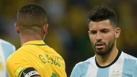 Gabriel Jesus (trái, Brazil) và Sergio Aguero (Argentina)