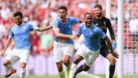 Sterling ăn mừng bàn thắng.