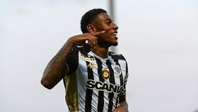 Lyon tuyển mộ cựu tiền vệ Arsenal