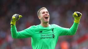"""Hậu vệ Liverpool phòng thủ """"như thú dữ""""!"""