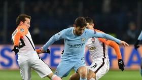 Bernardo Silva đi bóng qua hàng thủ Shakhtar Donetsk