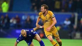 Yohan Benalouane (Leicester City) cố gsắng cản lối Harry Kane (Tottenham)