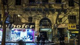 Cảnh sát phong toả nhiều nẻo đường ở Vienna sau các vụ tấn công bằng dao (Ảnh : EPA)