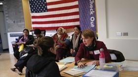 Người nhập cư nhận được sự giúp đỡ về quyền công dân. Ảnh: USA Today