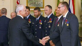 Thủ tướng Australia Malcolm Turnbull bắt tay Richard Harris. Ảnh: Yahoo
