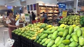 Khách lựa chọn mua hàng tại siêu thị Big C Hà Nội. (Ảnh: Trần Việt/TTXVN)