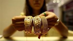 Giá vàng áp sát mức cao nhất trong 10 tháng qua