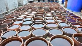 Việc lấy tiêu chuẩn nước mắm công nghiệp áp cả cho nước mắm truyền thống khiến dư luận không đồng tình. (Ảnh: Công Luật/TTXVN)