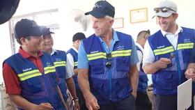 Huyền thoại golf Greg Norman (giữa) cùng Chủ tịch Nutifood Trần Thanh Hải (trái) thăm nông trường cà phê Nuticad