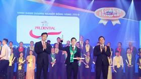 Prudential nhận giải tốp 10 doanh nghiệp có vốn đầu tư nước ngoài hàng đầu Việt Nam tại lễ trao giải Rồng Vàng.