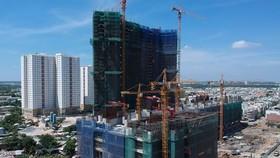 Một khu cao ốc đang xây dựng tại quận 8, TPHCM. Ảnh: CAO THĂNG