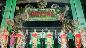 Các đại biểu cắt băng khai mạc chương trình giới thiệu sản phẩm đặc trưng Bến Tre.