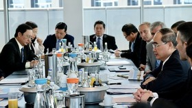 Đoàn đại biểu TPHCM chia sẻ kinh nghiệm xây dựng trung tâm tài chính từ thành phố Frankfurt. Ảnh: KIỀU PHONG
