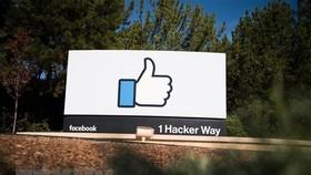 Biểu tượng Facebook tại trụ sở ở Menlo Park, California, Mỹ. (Ảnh: AFP/ TTXVN)