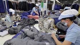 May hàng xuất khẩu sang thị trường Châu Âu tại Công ty TNHH may Đức Giang, Long Biên, Hà Nội. (Ảnh: Trần Việt/TTXVN)