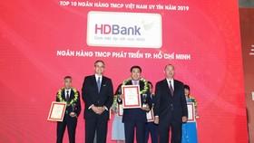 Đại diện HDBank nhận giải thưởng.