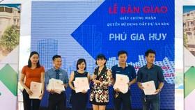 Khách hàng nhận 324 GCN tại dự án Phú Gia Huy