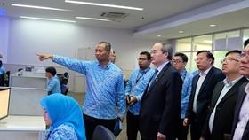 Bí thư Thành ủy TPHCM Nguyễn Thiện Nhân tìm hiểu kinh nghiệm xây đê chống ngập