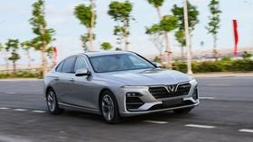 Vinfast lái thử xe Lux cùng chuyên gia quốc tế