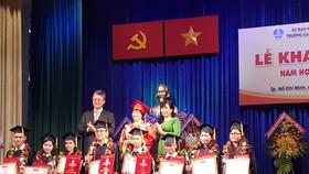 Lãnh đạo TDC trao bằng tốt nghiệp và giấy khen cho tân cử nhân