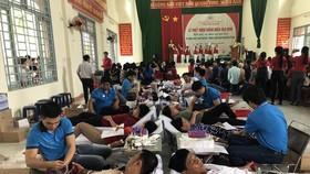 Các tình nguyện viên tham gia hiến máu trong ngày phát động tháng nhân đạo